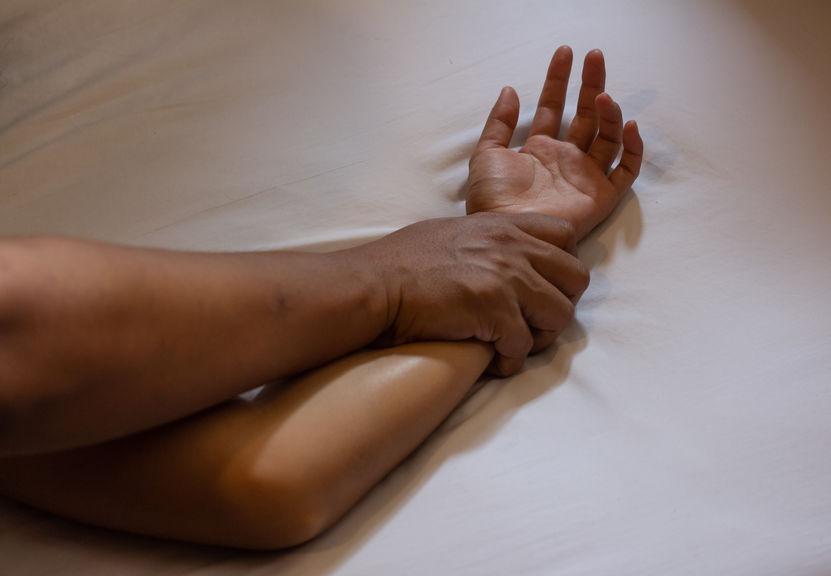 Un homme soumet une femme par le bras dans le cadre d'un viol ou d'une agression sexuelle.